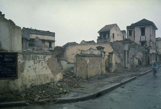 Góc đường Nguyễn Trường Tộ và Nguyễn Biểu, sát ngay nhà máy điện Yên Phụ Hà Nội, một trọng điểm ném bom của Mỹ năm 1967 và 1972. Không xa nơi đó là trận địa pháo phòng không 100 mm của Hồ Trúc Bạch, nơi Thiếu tá McCaine rơi ngày 26-10-1967.