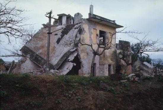 Một ngôi nhà bị đánh bom ở thị xã Phủ Lý (nay là thành phố Phủ Lý) năm 1967.
