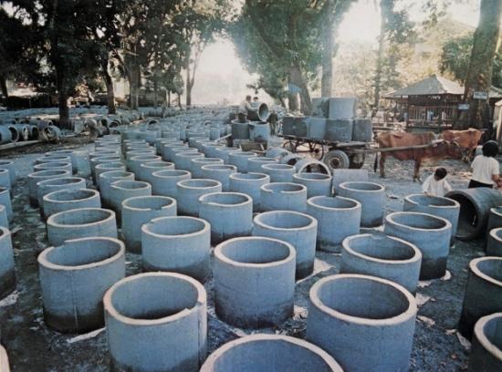 Hà Nội 1972 – Sản xuất hố tránh bom cá nhân.
