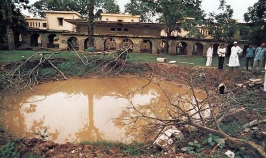 Hà Nội 1972 – Hố bom trong sân bệnh viện Bạch Mai.
