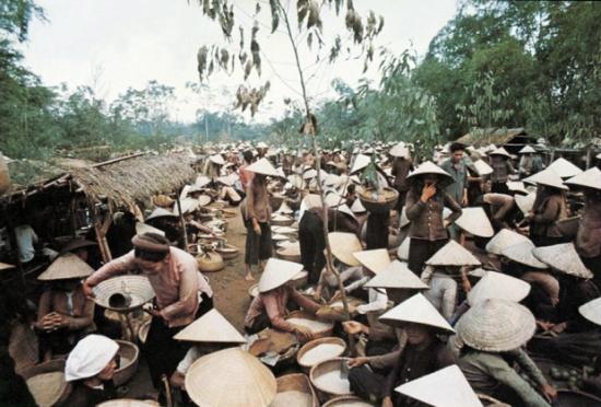 Chợ gạo vùng quê miền Bắc VN, năm 1973.
