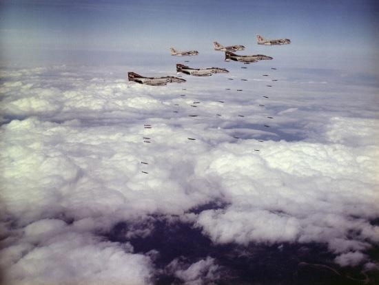 Đội hình F-4 phối hợp với A-7 không kích miền Bắc Việt Nam năm 1972.
