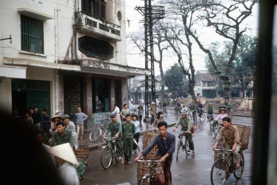 Cảnh một đường phố ở khu vực trung tâm Hanoi, ngày đầu năm mới 1973. Vào thời điểm này xe đạp là phương tiện chủ yếu trong thành phố.