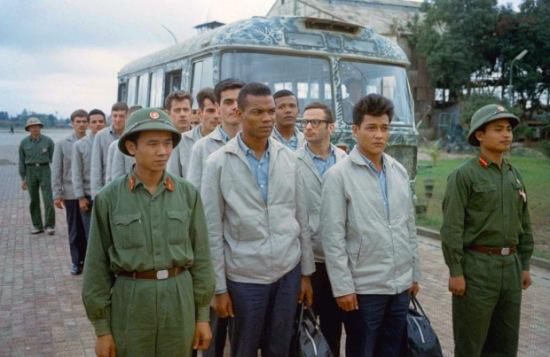 1973. Trao trả tù binh Mỹ ở sân bay Gia Lâm.