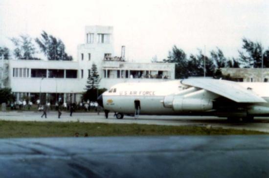 1973. Máy bay vận tải C-141 của Không quan Mỹ đến sân bay Gia Lâm, Hà Nội để đón tù binh Mỹ được trao trả.