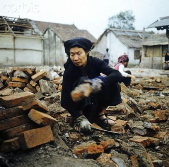 Hà Nội 1973 – nhặt nhạnh gạch để dựng lại nhà tại phố Khâm Thiên. Ảnh: Werner Schulze