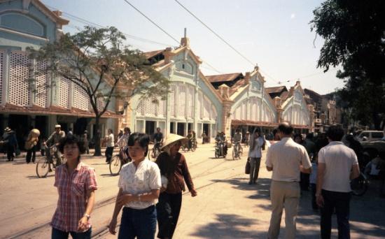 Chợ Đồng Xuân. Đây là một trong những chợ lớn nhất tại Hà Nội, Việt Nam; là chợ lớn nhất trong khu phố cổ Hà Nội. Chợ có lịch sử tồn tại hàng trăm năm từ thời phong kiến nhà Nguyễn.