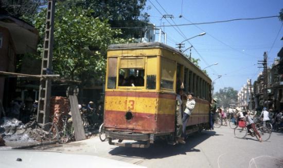 Tàu điện trên phố Đồng Xuân. Lịch sử tàu điện ở Hà Nội bắt nguồn từ năm 1900 khi người Pháp cho chạy thử chuyến tàu điện đầu tiên từ Bờ Hồ – Thụy Khuê nhằm phục vụ nhu cầu vận chuyển hành khách và hàng hóa. Trong những thập niên sau đó, các tuyến tàu điện liên tục được mở rộng. Từ ga Trung tâm ở bờ hồ Hoàn Kiếm, các tuyến đường toả ra 6 ngả: Yên Phụ, chợ Bưởi, Cầu Giấy, Hà Đông, chợ Mơ và Vọng, cũng là sáu cửa ngõ nối nông thôn với nội thành. Thời Pháp thuộc tàu điện chia làm 2 hoặc 3 toa với thứ hạng: hạng nhất, hạng hai. Hạng nhất là khoang nhỏ ở toa đầu sát chỗ đứng người lái, vé đắt gấp đôi hạng hai.