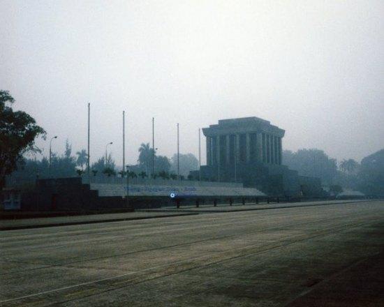 Lăng Chủ tịch Hồ Chí Minh (1986). Lăng Chủ tịch Hồ Chí Minh được chính thức khởi công ngày 2 tháng 9 năm 1973, tại vị trí của lễ đài cũ giữa Quảng trường Ba Đình, nơi bác đã từng chủ trì các cuộc mít tinh lớn. Lăng được khánh thành vào ngày 29 tháng 8 năm 1975.