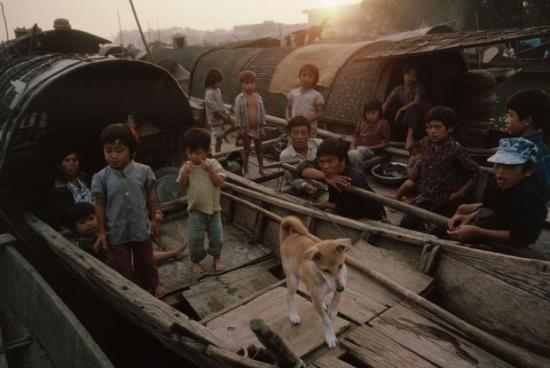 Những bức ảnh của nhiếp ảnh gia David Alan Harvey ở Việt Nam 1989 là vào thời kỳ Đổi Mới – một chương trình cải cách kinh tế và một số mặt xã hội do Đảng Cộng sản Việt Nam khởi xướng vào thập niên 1980. Chính sách Đổi Mới được chính thức thực hiện từ Đại hội đại biểu Đảng Cộng sản Việt Nam lần VI, năm 1986. Đổi Mới về kinh tế được thực hiện trước tiên. Trong những năm đầu thế kỷ 21, Việt Nam mới bắt đầu thực hiện Đổi Mới trên các mặt khác: xã hội, chính trị, tư duy, cơ chế, văn hóa… Tuy nhiên chính trị không có những thay đổi nhiều so với Kinh tế.
