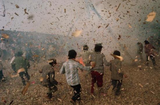 Tết 1989, trẻ con nghịch pháo. Ảnh: David Alan Harvey
