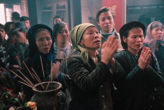 Trong đêm giao thừa, người Việt xưa thường đi lễ chùa để cầu xin đức Phật ban cho điều tốt lành trong năm mới. Sau đó, trong đêm tối trên đường về sẽ bẻ một cành lá cây nào đó, gọi là hái lộc. Nếu bẻ được một cành lá tươi tốt, đầy đủ thì đó là điềm may mắn cho suốt năm tới. Ảnh: David Alan Harvey