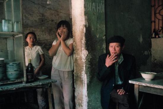 Hà Nội 1989. Chủ một quán phở và hai con gái. Ảnh: David Alan Harvey