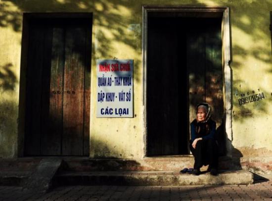 Bà già ngồi ngoài cửa