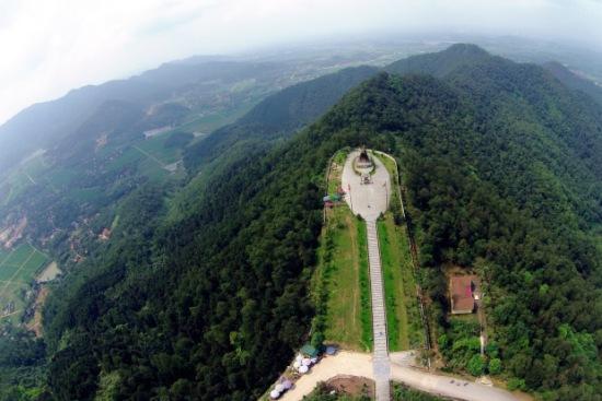 Nơi đây có tượng đài Phù Đổng Thiên Vương khánh thành năm 2010 (công trình văn hóa trọng điểm trong năm 2010 nhân dịp chào mừng kỷ niệm 1000 năm Thăng Long – Hà Nội), được đúc bằng đồng nguyên khối theo phương pháp thủ công, nặng hơn 85 tấn, cao 15m với độ vươn xa 16m.