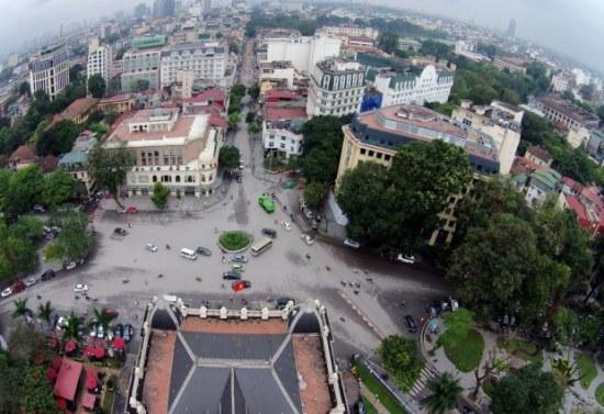 Quảng trường Cách mạng tháng Tám nằm ở trước cửa Nhà hát Lớn thuộc phường Tràng Tiền, quận Hoàn Kiếm. Nơi đây ngày 19/8/1945 từng diễn ra cuộc mít tinh lớn biến thành cuộc biểu dương lực lượng và hoạt động vũ trang cướp chính quyền, mở đầu cuộc tổng khởi nghĩa Cách mạng tháng Tám trên cả nước