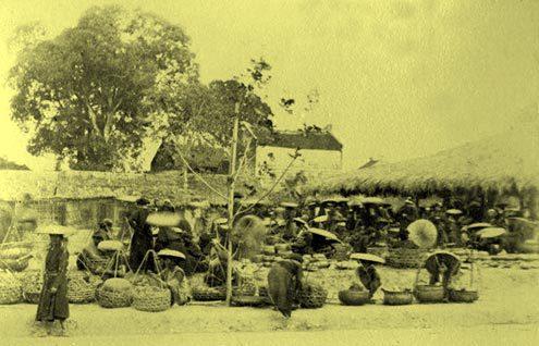 Chợ họp ngay ngoài cửa Đông.