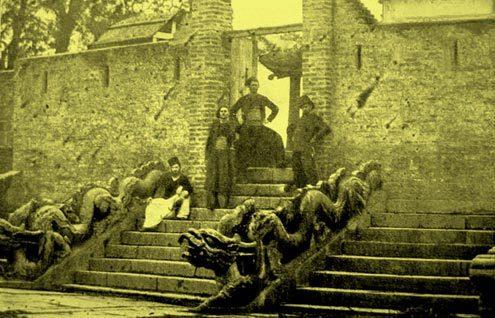 Lính Pháp chụp ảnh bên thềm điện Kính Thiên