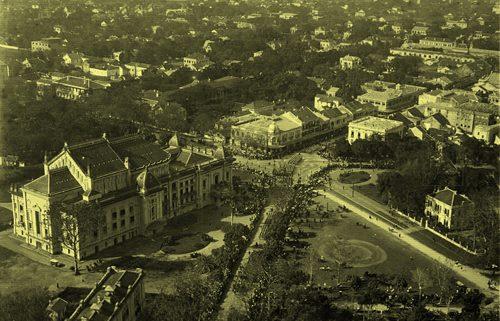 Quảng trường Cách Mạng Tháng Tám trước Nhà Hát Lớn Hà Nội