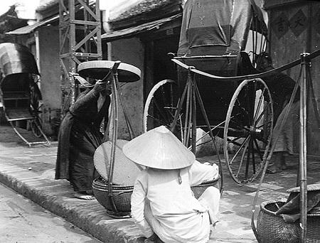 Khi ra đường, phụ nữ thời xưa sử dụng nón quai thao, nón ba tầm, nón chóp nhọn, giúp chắn mưa, chắn nắng, không những vậy còn vẻ đẹp của mỗi bà mỗi chị em khi ra đường.