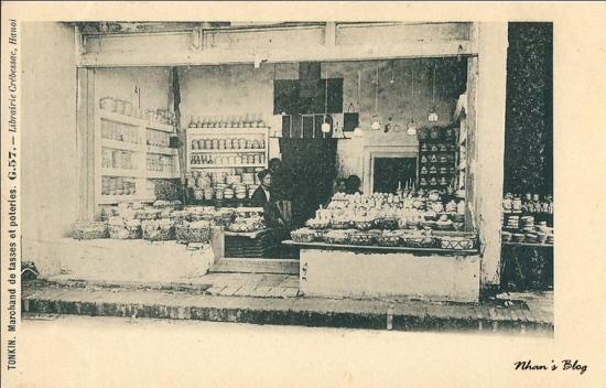 Những cửa hàng trông sang chợ Đông Thành ở đoạn phố này có nghề buôn đồ sứ từ lâu đời. Hàng đồ sứ buôn lại của người Tàu ở Hàng Bồ, Hàng Buồm, có những thứ như thống, lộc bình, chậu hoa, bát đĩa ấm chén sản xuất ở bên Trung Quốc.