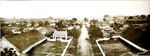 001.Toàn cảnh khu trung tâm thành cổ Hà Nội khoảng năm 1875-1877,. có thể thấy rõ Kỳ Đài, Đoan Môn, Kính Thiên, Bắc Môn.