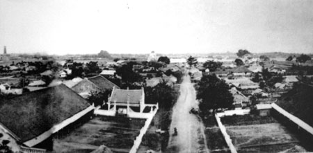 001.Trong thành Hà Nội (thời Nguyễn), phía bên trái thấy cột cờ Hà Nội