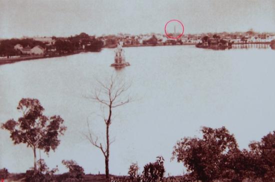 """001.Triển lãm """"Ký ức Việt Nam 1895-1896"""" tại Thư viện quốc gia mới đây giới thiệu hơn 200 bức ảnh của Toàn quyền Đông Dương Armand Rousseau. Trong thời gian đương nhiệm, ông Rousseau chụp khá nhiều ảnh về Hà Nội. Bức ảnh này chụp toàn cảnh Hồ Gươm, vòng đỏ phía xa được xác định là cột khói của xưởng nhuộm thuộc một công ty xây năm 1891, sau chợ Đồng Xuân. Năm 1918, công ty này sáp nhập với Nhà máy dệt ở Nam Định."""