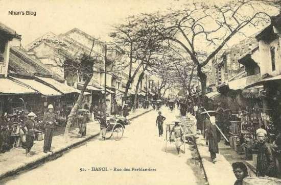 Hàng Thiếc là một con phố cũ lâu đời, được lưu danh đến ngày nay cũng bởi nơi này khi xưa đã phát triển nghề đúc thiếc làm đồ gia dụng, chuyên nghề đúc thiếc làm lư hương, ấm pha trà, khay.