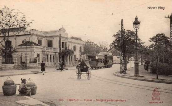 Thời Pháp thuộc phố có tên là Philharmonique. Người dân quen gọi là ngõ Hàng Chè. Sau 1945 đổi tên thành Hồ Hoàn Kiếm