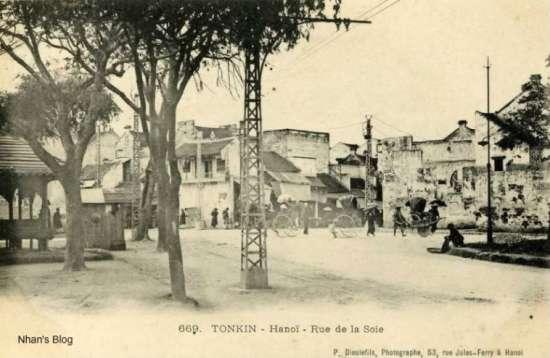 Phố Hàng Đào, đầu phía Nam, chụp từ bến xe điện Bờ Hồ.