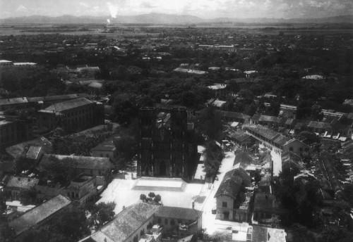 001aKhu vực Nhà thờ lớn Hà Nội (khánh thành năm 1887). Xa xa là dãy núi Ba Vì.