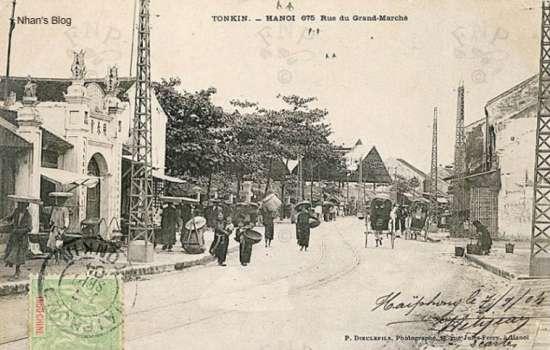 Toàn cảnh phố Đồng Xuân nhìn từ phố Hàng Giấy. Đền Đồng Xuân trong ảnh nay đã biến thành một cửa hàng, số nhà 83.