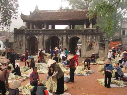 Từ bao đời nay chợ làng Chuông là nơi thu mua nguyên liệu cũng như mua bán sản phẩm cho các gia đình.