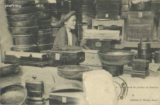 Một cửa hàng bán các sản phẩm từ tre nứa