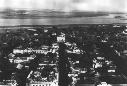 002.Phố Tràng Tiền, Tòa nhà ở giữa bức hình là Nhà Hát lớn Hà Nội thuộc khu vực ô Tây Long ngày xưa