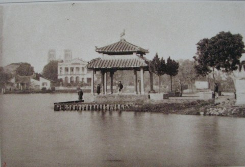 002.Trấn Ba đình trước cửa đền Ngọc Sơn.