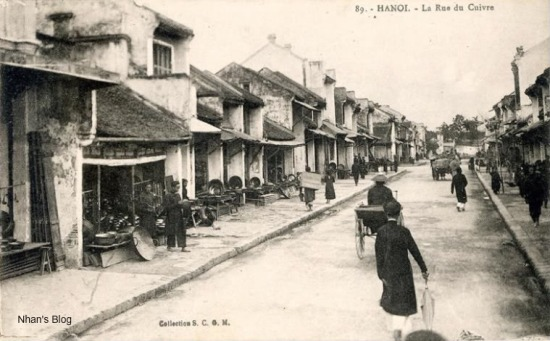 Thời Pháp thuộc, hai phố Hàng Đồng và Bát Sứ hợp lại một, có tên là Rue des Tasses (phố Hàng Chén).