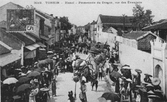 Đám múa Rồng của người Hoa trên phố Hàng Quạt (trước năm 1907)