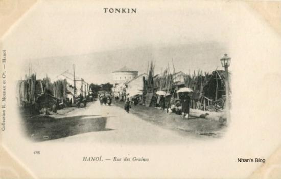 So với bức ảnh trước, phố Hàng Đậu thời kì này không có gì thay đổi. Vẫn hướng chụp từ phố Bờ Sông. Đoạn đầu phố là chợ tre nứa.