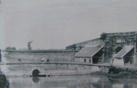 003.Cổng thành chuyển thành trạm lính Pháp phòng thủ (1884 – 86)
