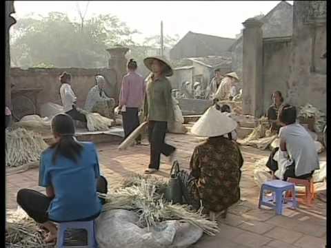 Mua bán ngoài sân chợ