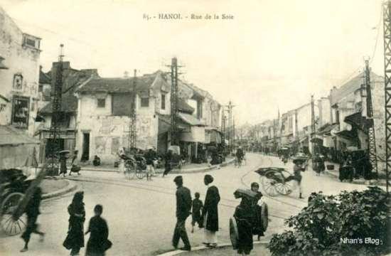 Hệ thống đường ray tàu điện bánh sắt do người Pháp xây dựng chạy dọc phố, từ hồ Hoàn Kiếm đi vườn hoa Hàng Đậu. Tuyến theo phố Hàng Gai nối trung tâm với phần Tây Nam thành phố.