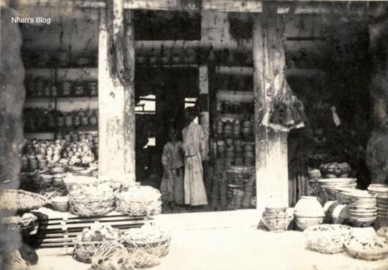 Những năm sau 1920, do yêu cầu xây dựng lại các phố của Hà Nội, vật liệu bằng sắt đắt khách, bên phố Hàng Đồng, Hàng Sắt làm ăn phát đạt, một số cửa hiệu bên Bát Sứ cũng chuyển sang buôn bán sắt. Hàng sắt thì buôn lại của mấy hiệu Tây phố Tràng Tiền và buôn đồ do bên phố Lò Rèn làm ra như dao kéo, lưỡi cày bừa.