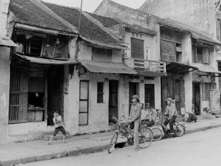 Một đoạn phố Hàng Quạt vẫn còn giữ được nét xưa