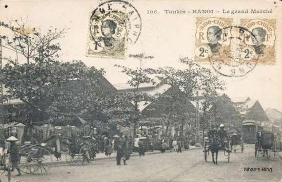 Lúc đầu chợ Đồng Xuân được rào bằng tre nứa, về sau được thay bằng khung sắt, mái tôn. Có năm cầu chợ, mỗi cầu dài 52 m, cao 19m. Chợ khánh thành vào năm 1890.