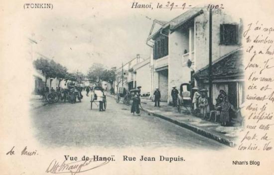 Sau khi chiếm được Hà Nội vào năm 1883, rất đông người Pháp đã chọn khu vực phố Hàng Chiếu làm chỗ lập những cơ sở kinh doanh vì tiện đường từ bờ sông lên. Thời đó, phía đầu phố là nơi chuyên buôn súng ống đạn dược cho quân đội Pháp.