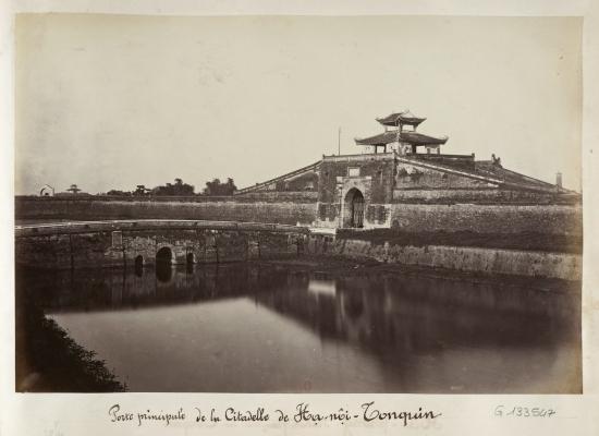 004.Đây là cửa Chính Bắc của thành Hà Nội, do Emile Gsell chụp (khoảng năm 1880)