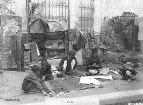 004.rất nhiều ông đồ bày mực tàu, giấy đỏ viết chữ, bán cho dân treo ngày Tết.