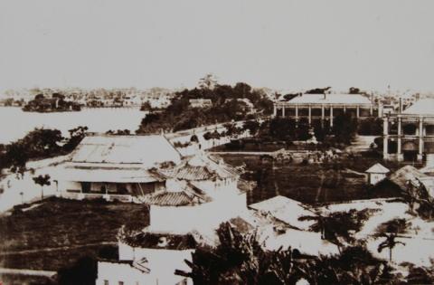 004.Con đường ven hồ Hoàn Kiếm ở phía Đông sẽ là trục đường đi qua các công sở của thành phố: Bưu điện, tòa thị chính, vườn hoa Paul Bert… mang tên một viên sĩ quan Pháp tử nạn, nay là đường Đinh Tiên Hoàng.